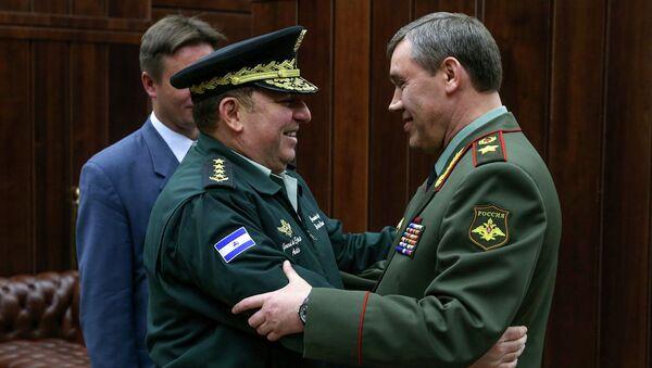 Начальник Генерального штаба ВС РФ Валерий Герасимов и главнокомандующий армией Никарагуа Хулио Сесар Авилес Кастильо. Архивное фото