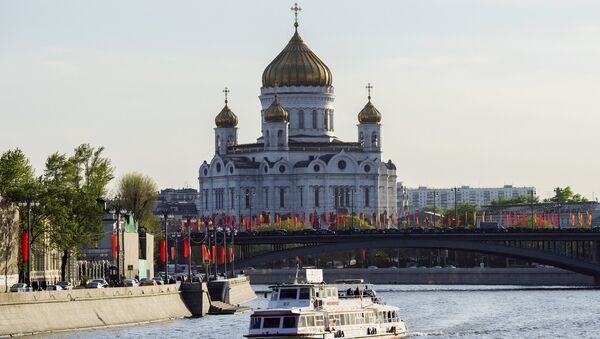 Вид на Храм Христа Спасителя в Москве.
