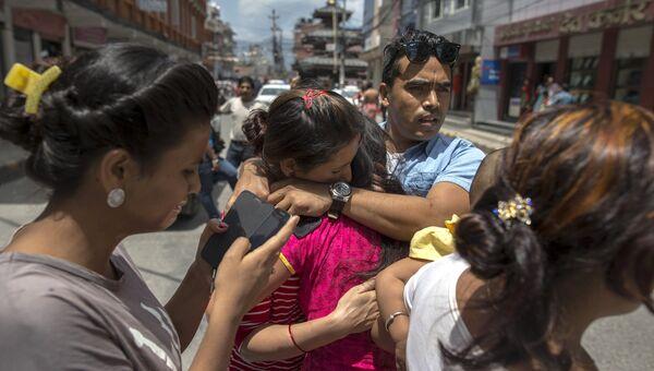Местные жители после новых толчков в Катманду. 12 мая 2015. Архивное фото
