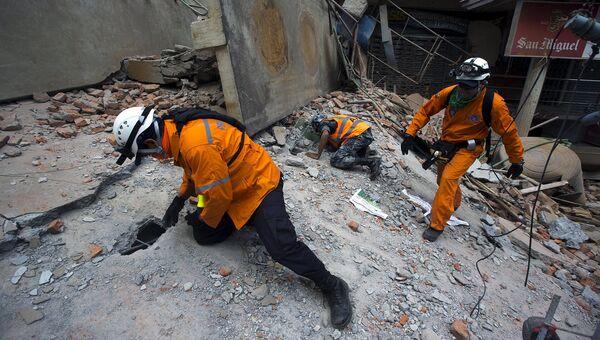 Спасатели осматривают разрушенные здания в Катманду, Непал. 12 мая 2015 год