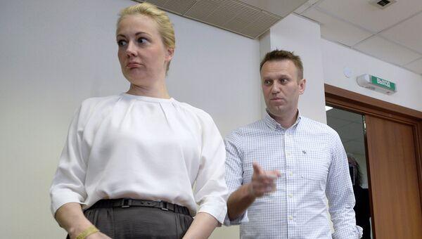 Алексей Навальный c женой в Люблинском суде перед началом заседания 13 мая 2015