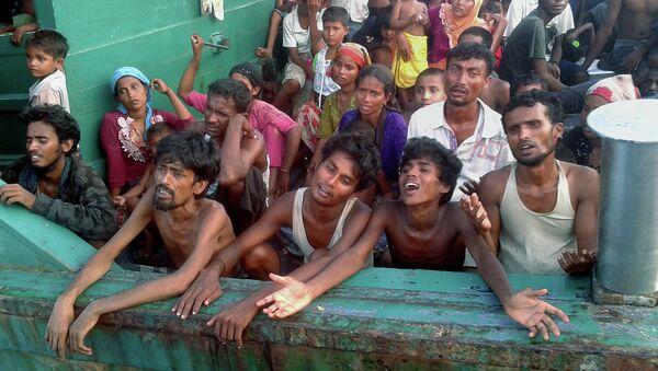 Судно с мигрантами у западного побережья Таиланда. 14 мая 2015 год. Архивное фото