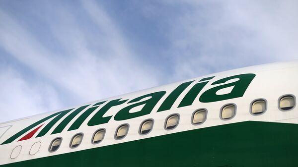 Самолет компании Alitalia в аэропорту Фьюмичино в Италии. Архивное фото