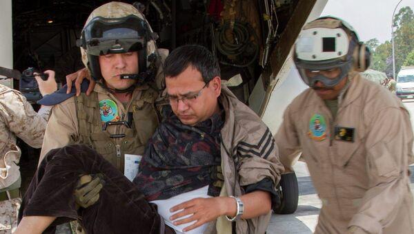 Американские военные выносят раненых из конвертоплана Osprey в аэропорту Катманду, Непал