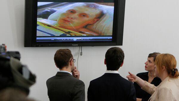 Украинские журналисты смотрят видео с задержанными якобы российскими военными