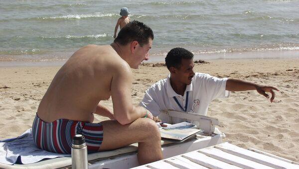Сцена с российским туристом на египетском пляже в Хургаде. Архивное фото