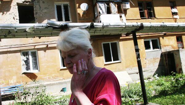 Жительница Донецка у дома, разрушенного в результате обстрела украинскими силовиками. Архивное фото