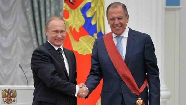 Президент России Владимир Путин и министр иностранных дел РФ Сергей Лавров во время церемонии вручения государственных наград в Кремле