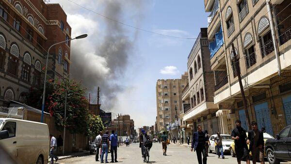 Дым над зданием резиденции экс-президента Йемена Али Абдаллы Салеха, разрушенном после авиаударов ВВС арабской коалиции во главе с Саудовской Аравией, в столице Йемена Сане. Архивное фото