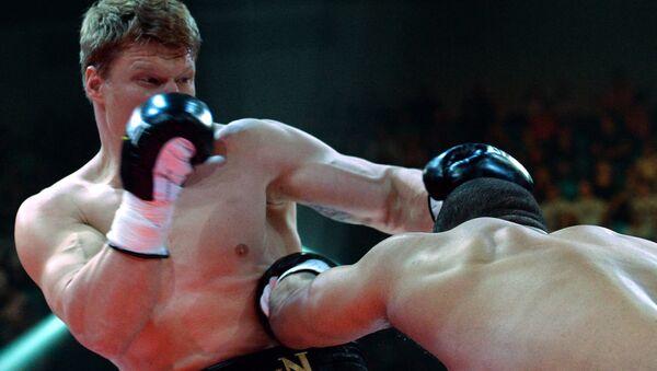 Александр Поветкин (Россия) и Майк Перес (Куба) во время боя за титул чемпиона WBC Silver в супертяжелом весе