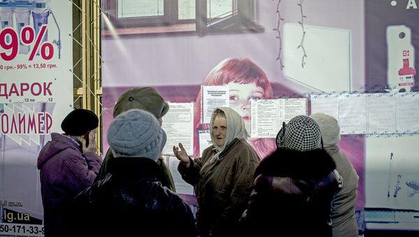 Местные жители у списков на получение пенсий и компенсаций в городе Луганске. Архивное фото