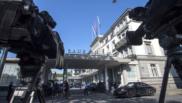 Пресса возле отеля в Цюрихе, где были задержаны чиновники ФИФА по обвинению в коррупции