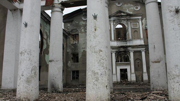Разрушенное в результате обстрелов во время боевых действий здание городской администрации в городе Дебальцево. Архивное фото