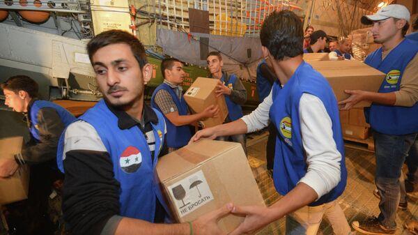 Разгрузка коробок с гуманитарной помощью для народа Сирии. Архивное фото
