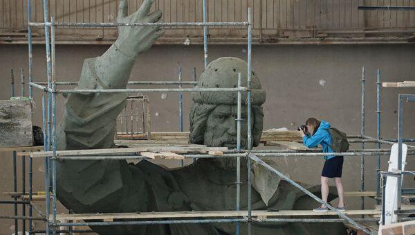 Фотографы снимают модель памятника Великому князю Владимиру, который планируется установить на Воробьёвых горах в Москве. Архивное фото