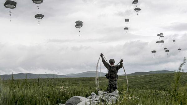 Американский десантник миротворческих сил НАТО во время учений
