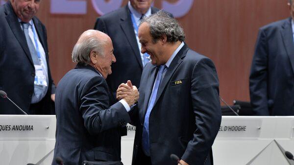 Переизбранный президент ФИФА Йозеф Блаттер и президент УЕФА Мишель Платини после оглашения результатов выборов в рамках 65-го Конгресса ФИФА в Цюрихе
