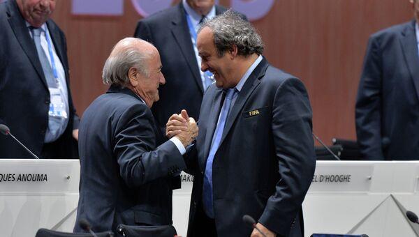 Переизбранный президент ФИФА Йозеф Блаттер и президент УЕФА Мишель Платини после оглашения результатов выборов в рамках 65-го Конгресса ФИФА в Цюрихе.