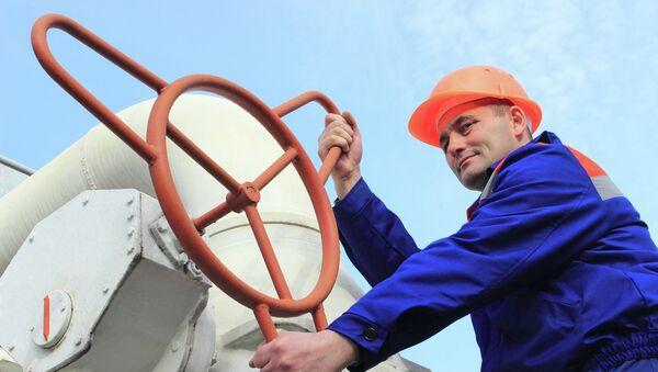 Рабочий на газопроводе. Архивное фото