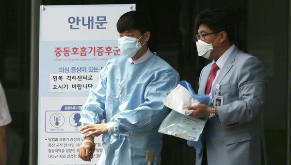 Сотрудники больницы в Сеуле, в которой размещены зараженные вирусом MERS люди