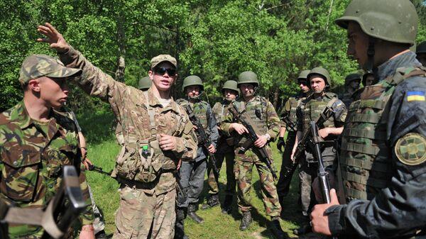 Украинские и американские военные во время совместных учений Fearless Guardian - 2015 на Яворивском полигоне. Архивное фото