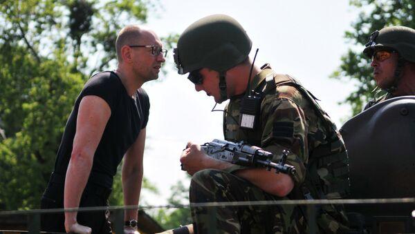 Премьер-министр Украины Арсений Яценюк общается с американскими военными во время совместных учений Fearless Guardian - 2015