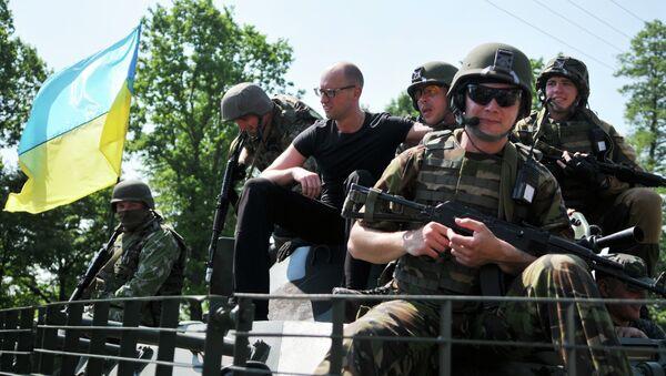 Премьер-министр Украины Арсений Яценюк (третий слева) фотографируется с американскими военными во время совместных учений Fearless Guardian - 2015 на Яворовском полигоне. Архивное фото