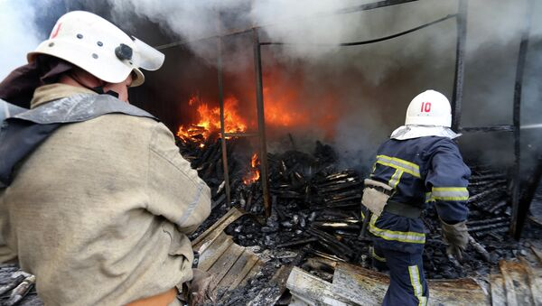 Пожарные тушат возгорание возникшее в результате обстрела Донецка