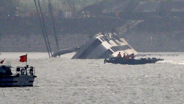 Спасатели проводят работы по подъему затонувшего в реке Янцзы судна Звезда Востока