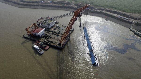 Работы по подъему затонувшего в реке Янцзы судна Звезда Востока