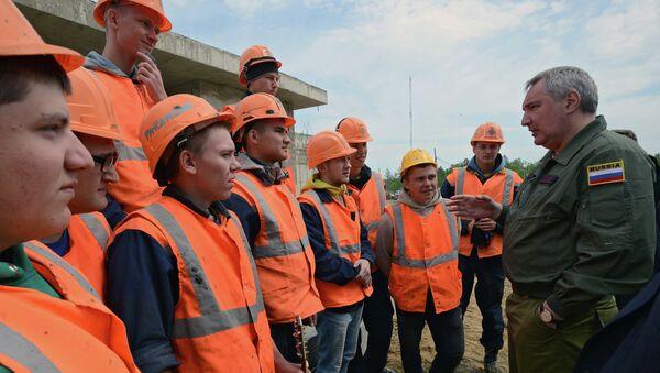 Заместитель председателя правительства РФ Дмитрий Рогозин общается со строителями космодрома Восточный. Архивное фото