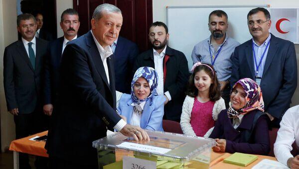 Президент Турции во время голосования на парламентских выборах, 7 июня 2015