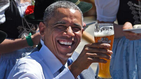 Президент США Барак Обама со стаканом пива во время саммита G7 в Германии