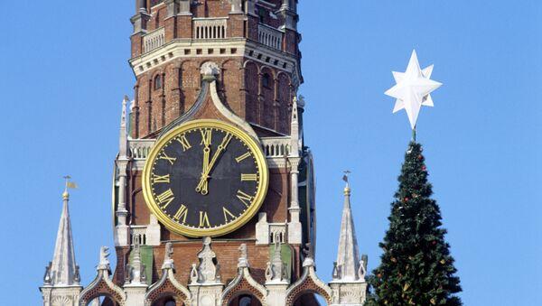 Спасская башня и Новогодняя елка. Архивное фото