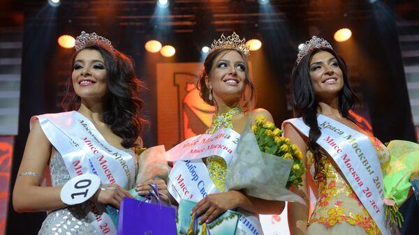Мисс Москва Оксана Воеводина (в центре), вторая вице-мисс Москва Орнелла Шигапова (справа), третья вице-мисс Москва Зарина Киргизова на конкурсе красоты Мисс Москва 2015