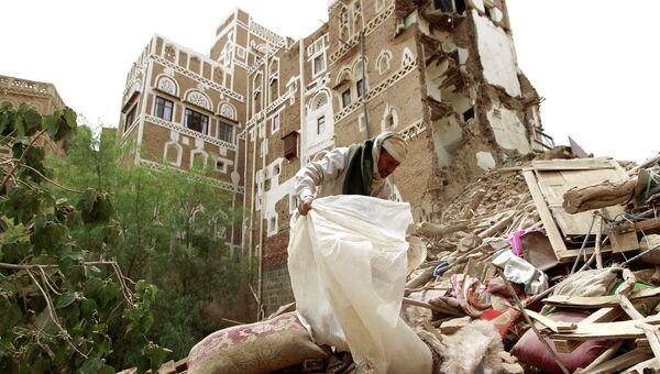 Последствия авиаудара по старому району столицы Йемена Саны, 12 июня 2015. Архивное фото
