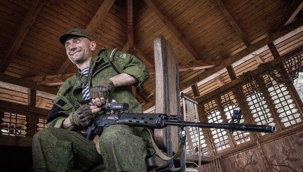 Боец ополчения на позиции в Донецкой области. Архивное фото