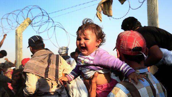 Тысячи сирийцев бегут из страны разрушив пограничный забор юго-востоке Турции. Архивное фото