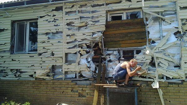 Разрушенный дом в городе Первомайск, Луганская область