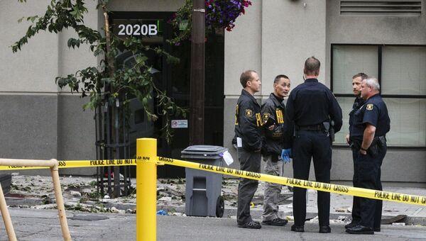 Сотрудники полиции на месте обрушения балкона жилого дома в городе Беркли