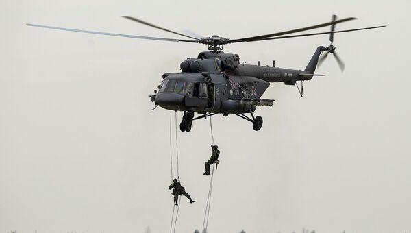 Военнослужащие десантируются с вертолета Ми-8АМТШ. Архивное фото