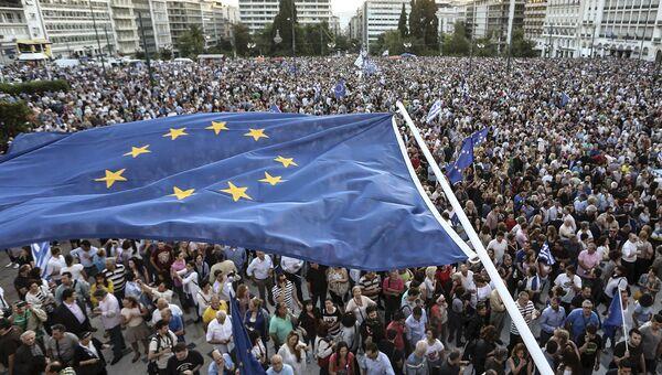 Флаг Евросоюза над площадью перед зданием парламента в Греции во время Евросаммита по греческому долгу в Брюсселе. 22 июня 2015