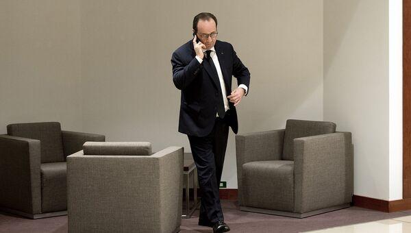 Президент Франции Франсуа Олланд говорит по телефону. 2015 год