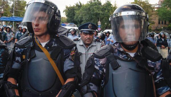 Сотрудники правоохранительных органов во время масштабной акции протеста против повышения тарифов на электроэнергию