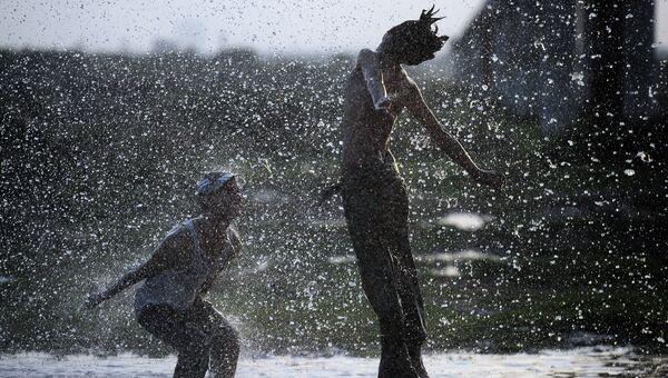 Дети под брызгами водопроводной воды во время аномальной жары в Карачи, Пакистан. Архивное фото