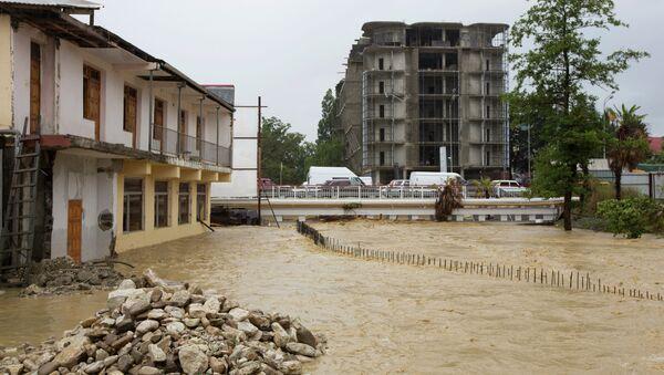 Одна из улиц Сочи, затопленных в результате проливных дождей. Архивное фото