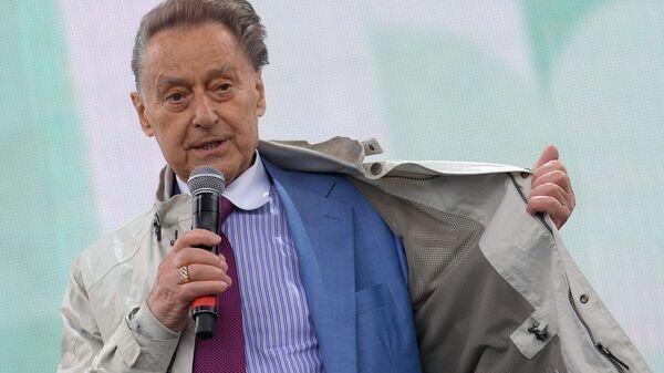 Поэт Андрей Дементьев во время встречи с читателями на Московском фестивале Книги России на Красной площади.