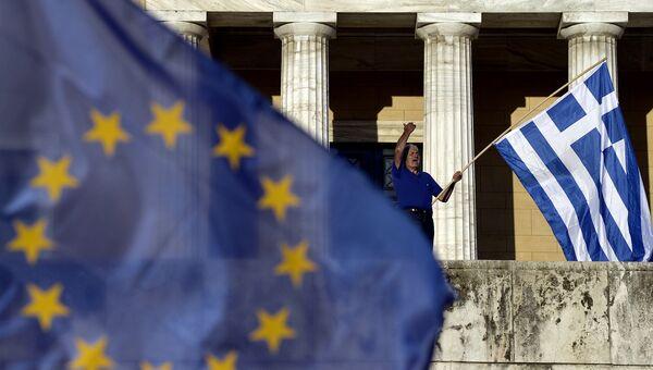 Мужчина держит флаг Греции. Архивное фото