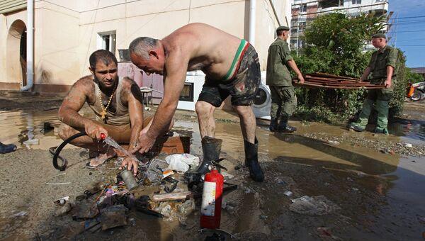 Местные жители убирают мусор после ливневых дождей в городе Сочи