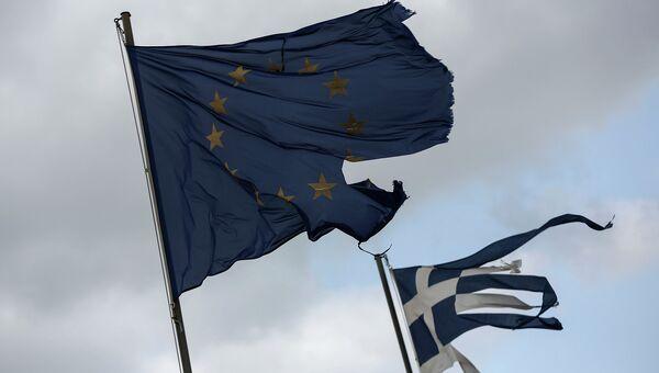 Флаги Евросоюза и Греции а Анависсосе, Греция. Архивное фото
